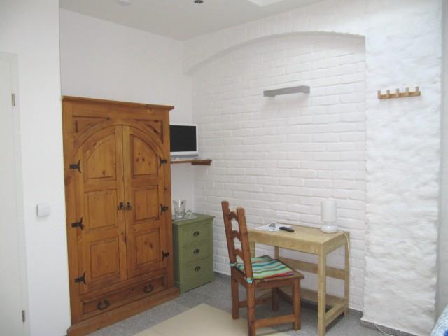 OG - Zimmer 5 - Raumansicht zum TV und Tür