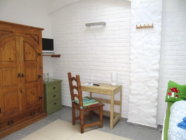 OG - Zimmer 5 - Raumansicht zu Bett und TV